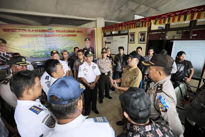 Gubernur Lampung M Ridho Ficardo, saat mengecek langsung laporan tindak kejahatan di Terminal Rajabasa, Bandar Lampung pada arus mudik 2016, Senin 4 Juli 2016.