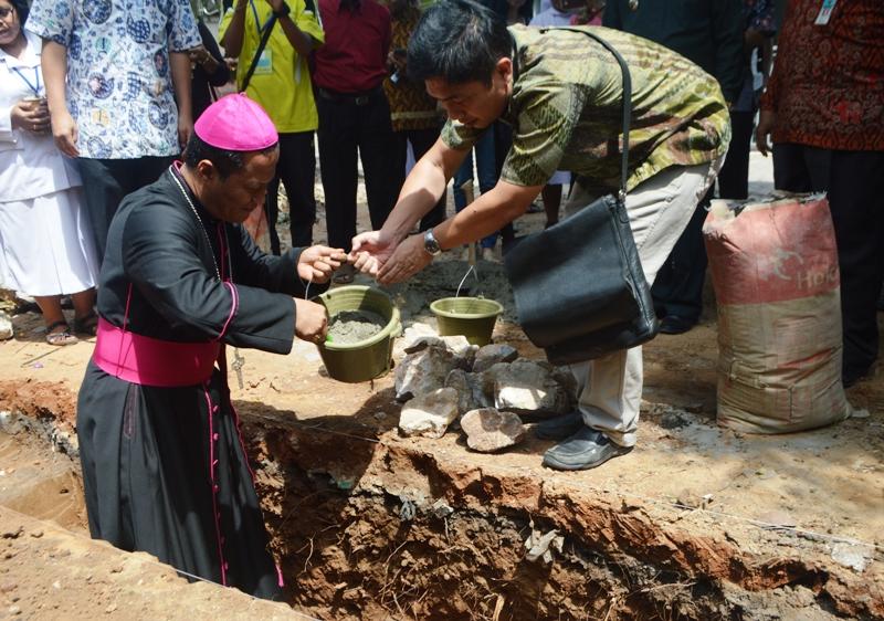 Uskup Keuskupan Tanjungkarang Mgr Yohanes Harun Yuwono saat lakukanpeletakan batu pertama gedung baru Pelayan Pastoral Sosial Grahita Pelita Kasih di bilangan di Jalan Tirtayasa, Sukabumi, Bandar Lampung, Kamis 21 Juli 2016.