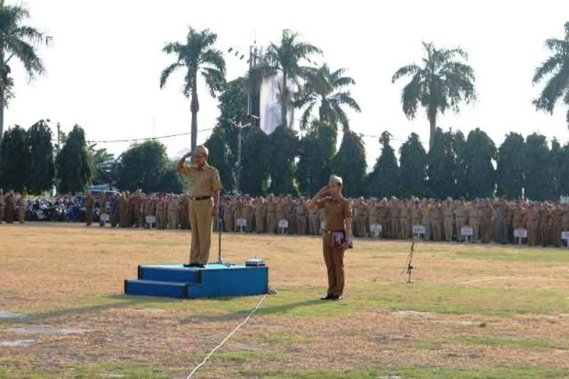 Plt. Sekretaris Daerah Provinsi Lampung Sutono saat menjadi pembina Apel Mingguan di Lapangan Korpri Komplek Kantor Gubernur Lampung Senin 11 Juli 2016.