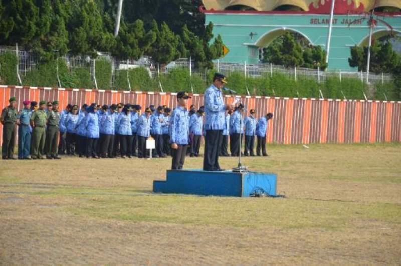 Plt Sekretaris Daerah Provinsi Lampung Sutono dalam Upacara Bulanan di Lingkungan Pemerintah Provinsi Lampung, di Lapangan Korpri, Senin 18 Juli 2016