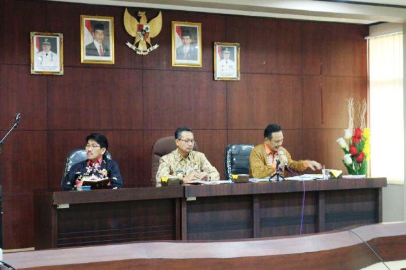 Plt. Sekda Provinsi Sutono (tengah) saat memimpin dalam Rapat Persiapan Rakorgub di Ruang Rapat Lantai III Bappeda, Kamis 14 Juli 2016.
