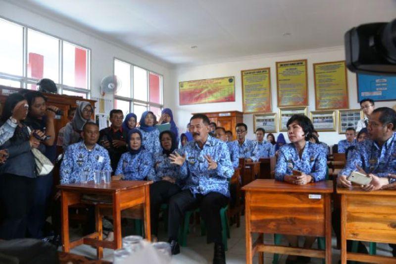 Kepala Dinas Pendidikan dan Kebudayaan Hery Suliyanto bersama Asisten Bidang Kesejahteraan Rakyat, Elya Muchtar dan jajaran saat di SMKN 9 Bandar Lampung Senin 18 Juli 2016.
