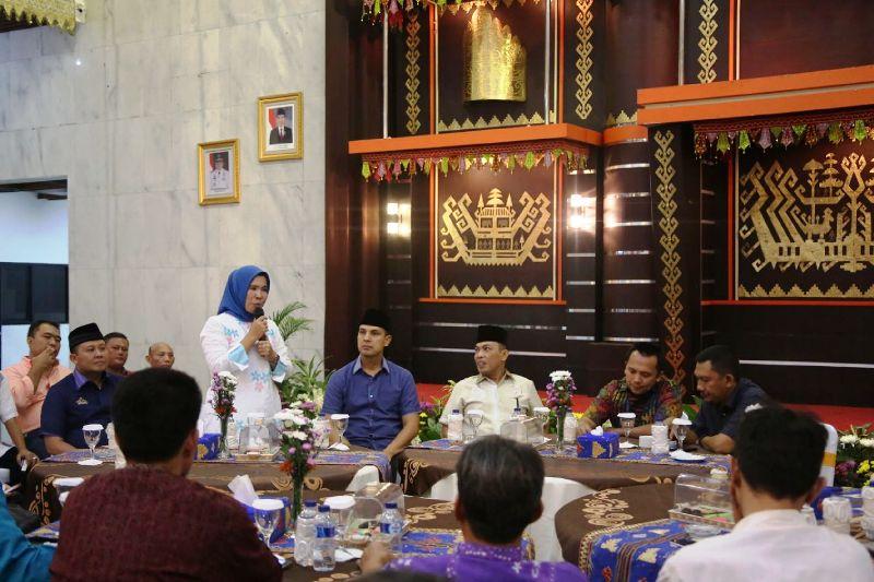 Gubernur Lampung M Ridho Ficardo saat silaturahmi dengan seluruh Pimpinan Redaksi (Pimred) baik Media Cetak, Elektonik dan Media Online di Mahan Agung, Minggu 03 Juli 2016.