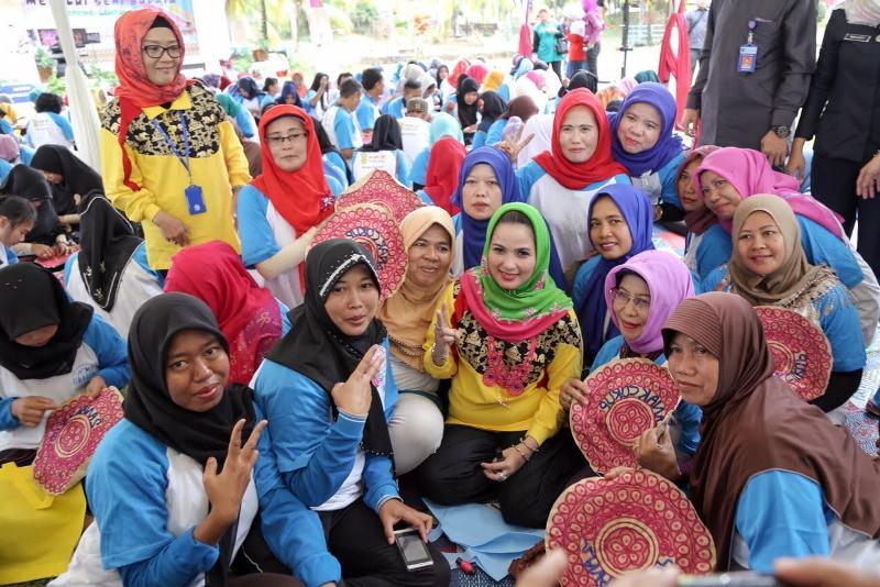 "Bunda Paud Provinsi Lampung Yustin Ridho Ficardo bersama pada acara Jambore Kader POKTAN ""KB"" di Kampung Tabek Indah Natar, Lampung Selatan, Senin 22 Agustus 2016."