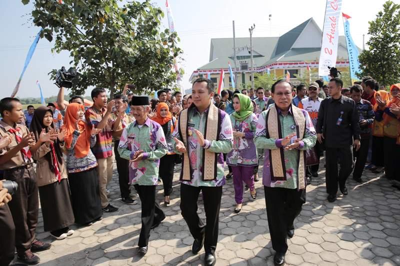 Gubernur Lampung M Ridho Ficardo (tengah), Bupati Pringsewu Sujdi (kiri) dan Kepala BKKBN pusat Surya Chandra  (kanan) pada Puncak peringatan Harganas tingkat Provinsi Lampung ke-23  di Kabupaten Pringsewu, Jumat 12 Agustus 2016.