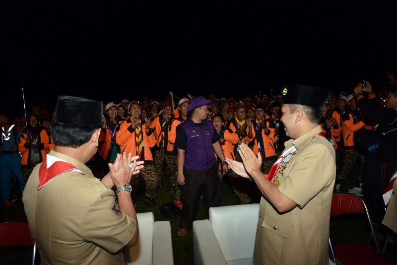 Kamabida Pramuka Lampung M. Ridho Ficardo saat berbincang-bincang dengan adik-adik Pramuka yang hadir di Sub-Camp Diponegoro Bumi Perkemahan Cibubur, Senin malam 15 Agustus 2016.