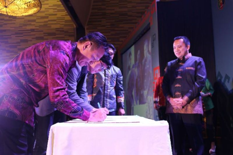 Penandatanganan MoU dengan PT. Trinusa Travelindo tentang Kerjasama di bidang Informasi dan Konten Pariwisata untuk Website Lampung go.id Minggu 28 Agustus 2016 di Ballroom Novotel Bandar Lampung.