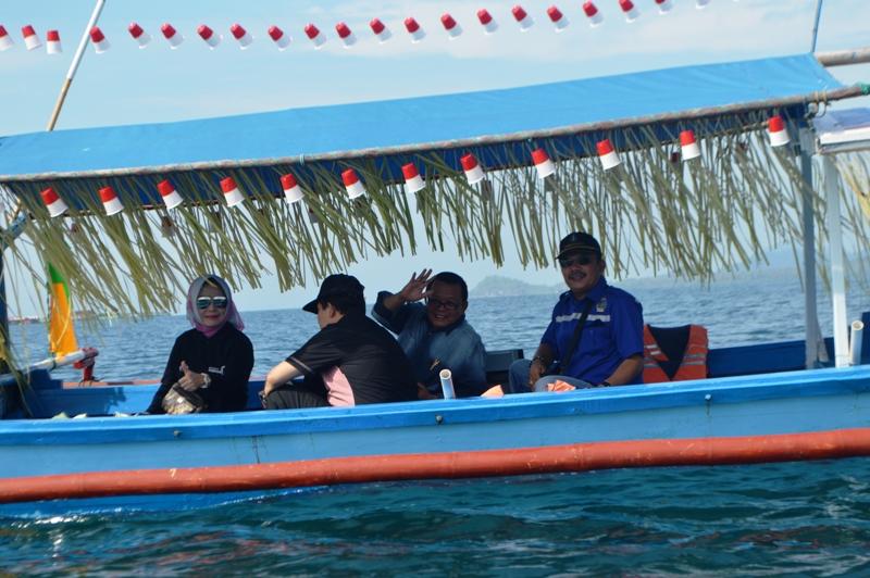 Dari kiri : Kepala Dinas Pariwisata dan Ekonomi Kreatif Choiria Pandarita, Asisten Bidang Pembangunan Provinsi Lampung Adeham dan Kepala Dinas Komunikasi dan Informatika Sumarju Saeni saat melepas peserta Jelajah Krakatau 2016 di Pantai Sari Ringgung, Sabtu 27 Agustus 2016.