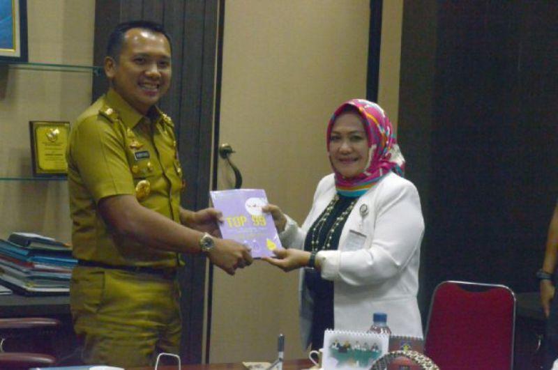 Gubernur Lampung M Ridho Ficardo bersama Deputi Bidang Pelayanan Publik Kemenpan-RB Diah Natalisa di ruang kerjanya, Selasa 13 September 2016.