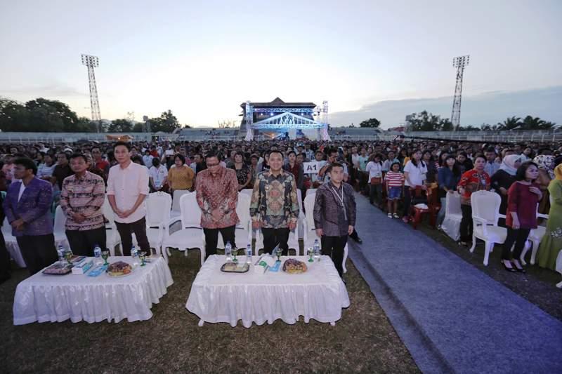 Gubernur Lampung M Ridho Ficardo saat menghadiri Healling Movement umat Kristiani di PKOR Way Halim, Bandar Lampung, Kamis sore 15 September 2016.