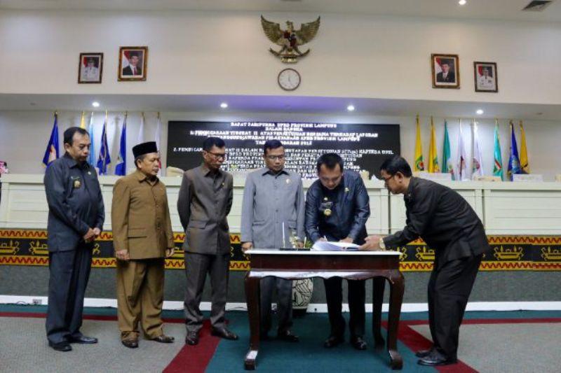 Ketua DPRD Lampung Dedi Afrizal (tengah) saat sidang paripurna pengesahan pertanggung jawaban bersama tahun anggaran 2015, Rabu 07 September 2016.