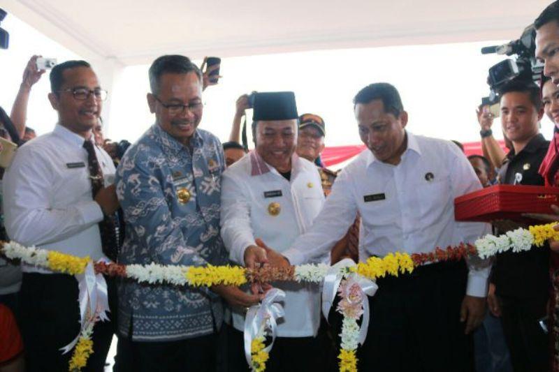 Pengguntigan pita sebagai tanda diresmikannya meresmikan Loka Rehabilitasi BNN Kalianda Lampung Selatan, Kamis 22 September 2016.