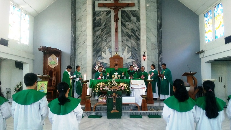Uskup Keuskupan Tanjungkarang Mgr. Yohanes Harun Yowono beserta beberapa romo konselebran saat memimpin Misa IYD 2016 di Gereja Katedral Kristus Raja, Senin 12 September 2016.