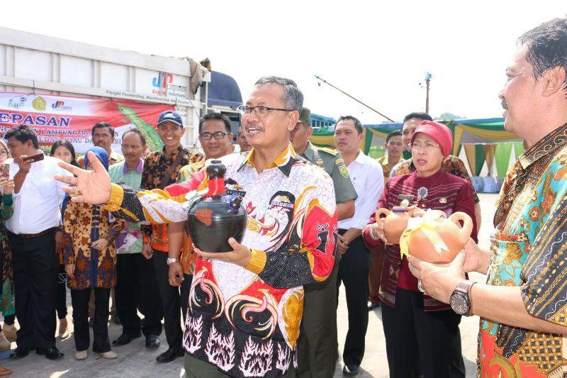 Pj. Sekretaris Daerah Provinsi Lampung Sutono saat pelepasan pengiriman 30.000 ton hasil pertanian di Pelabuhan Panjang Pelindo II, Jumat 09 September 2016.