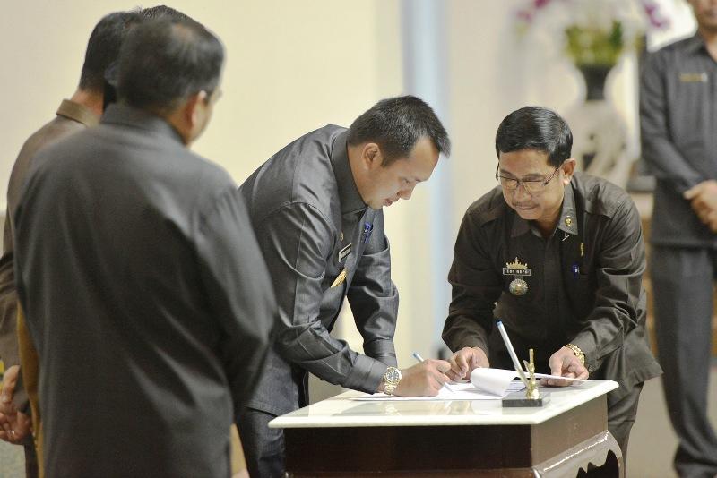 Gubernur Lampung M Ridho Ficardo saat menandatangani Keputusan Persetujuan LPJ Tahun Anggaran 2015, Rabu 7 September 2016 di Ruang Sidang DPRD Provinsi Lampung.