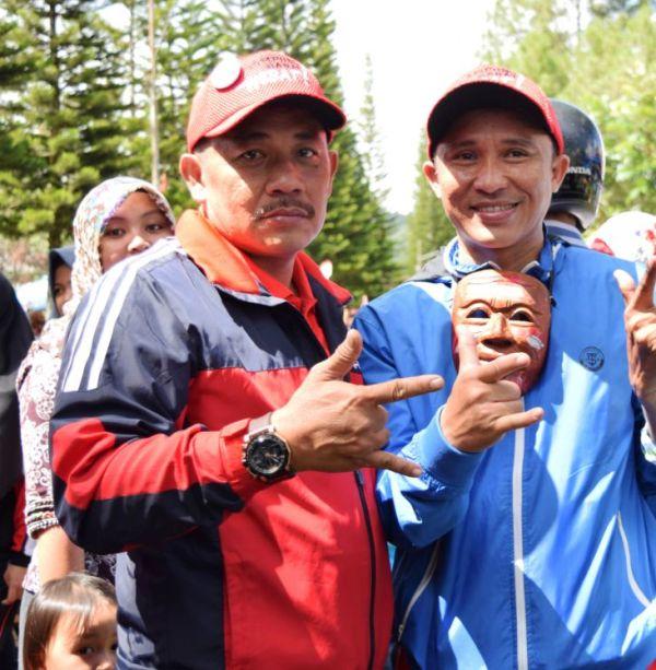 Balonbup Kabupaten Lampung Barat Parosil Mabsus (kanan) bersama  anggota DPRD Kabupaten Lampung Barat Azhari pada acara Pesta Sakura, Minggu 18 September 2016.