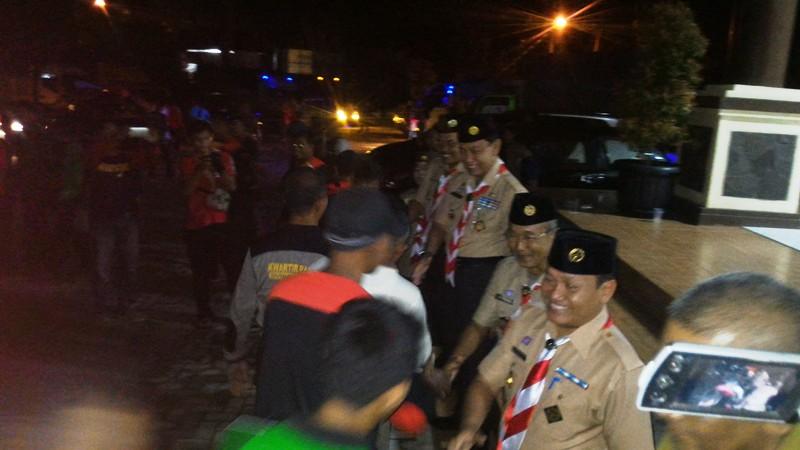 Ketua Kwarda Pramuka Lampung, Idrus Efendi dan para Wakil Kwarda saat melepas rombongan peserta Jamnas 2016 di halaman kantor setempat, Senin 08 Agustus 2016.