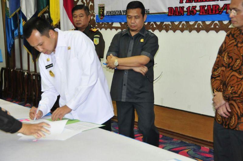 Gubernur Lampung M Ridho Ficardo saat Penandatanganan BAST P2D di Balai Keratun, Rabu 21 September 2016.