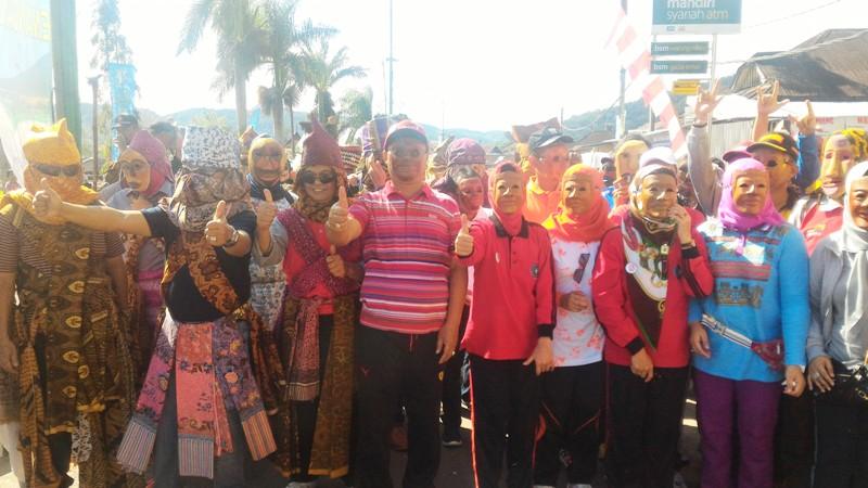Bupati Lampung Barat Muklis Basri (tengah) beserta pejabat kabupaten setempat saat mengenakan sakura, Minggu 18 September 2016.