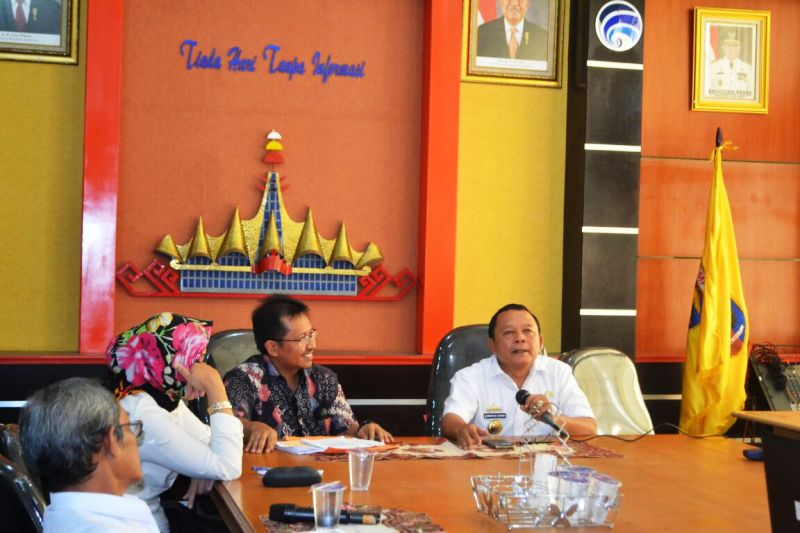 Kadis Kominfo Lampung Sumarju Saeni mendampingi Kasubdit Layanan Aplikasi, Nizan di ruang rapat Diskominfo Rabu 14 September 2016.