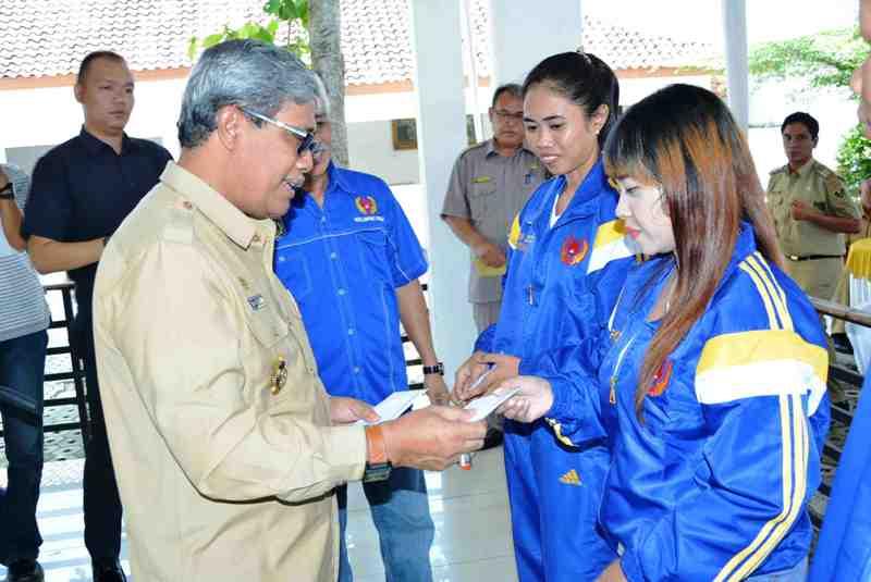Wakil Bupati Lampung Tengah Loekman Djoyosoemarto menyerahkan tanda tali asih kepada para atlet turut pada PON ke-19 di Jabar.