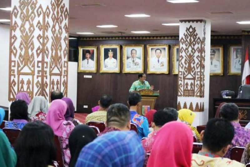 PLH Asisten Bidang Administrasi Umum Harun Alrasyid saat membuka kegiatan di Ruang Abung Balai Keratun, Kantor Gubernur Lampung, Jumat 30 September 2016.