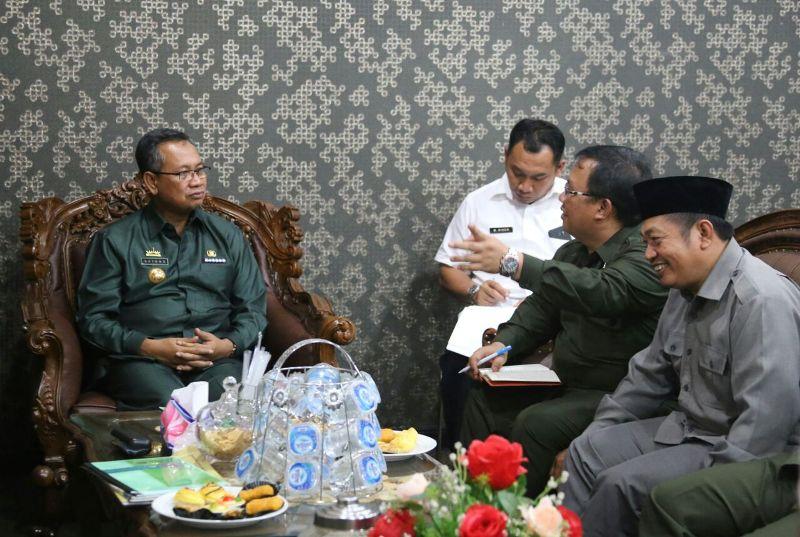 Sekretaris Daerah Sutono ketika menerima audiensi LDII Provinsi Lampung di ruang kerjanya Rabu 26 Oktober 2016.