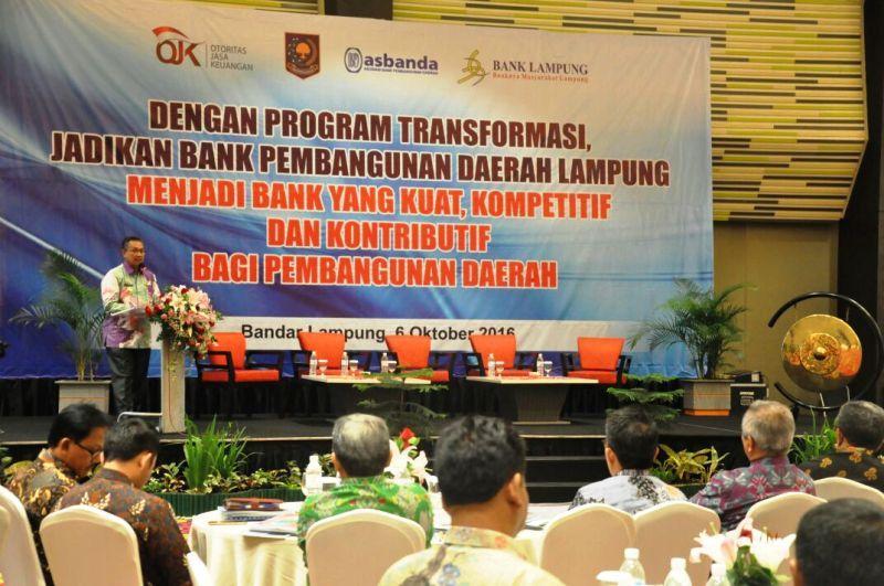 Pj. Sekda Provinsi Lampung Sutono ketika membuka Sosialisasi Program Transformasi Bank Pembangunan Daerah (BPD) menjadi Bank yang Kuat, Kompetitif dan Kontributif Bagi Pembangunan Daerah, Kamis 6 Oktober 2016 di Hotel Novotel Bandar Lampung.
