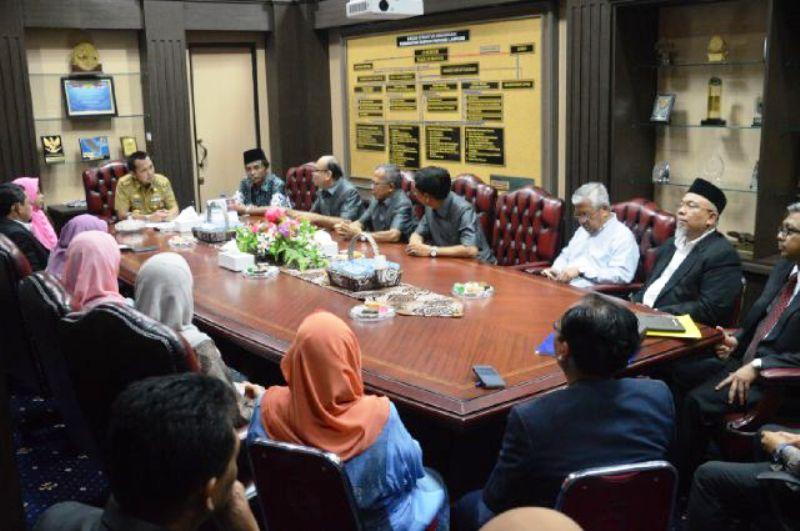 M Ridho Ficardo saat menerima audiensi Universitas Kebangsaan Malaysia dan Universitas Muhammadiyah Metro, Senin 3 Oktober 2016 di Ruang Kerja Gubernur Lampung