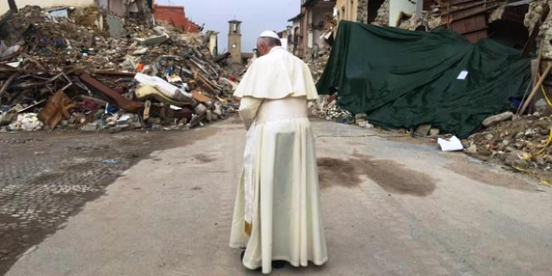 Gambar lain memperlihatkan Paus berdiri sendiri dan berdoa menghadap tumpukan batu dari reruntuhan gedung yang masih tersisa di sana. Foto : TWITTER @GregBurkeRome