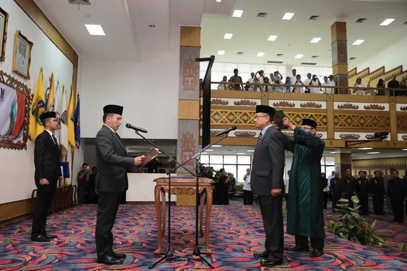 Gubernur Lampung M Ridho Ficardo saat melantik dan mengambil Sumpah Jabatan Sekertaris Daerah Provinsi Lampung Ir. Sutono. MM.
