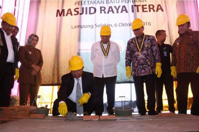 Wakil Gubernur Lampung Bachtiar Basri saat melakukan peletakan batu pertama Masjid Raya ITERA, Kamis 06 Oktober 2016.