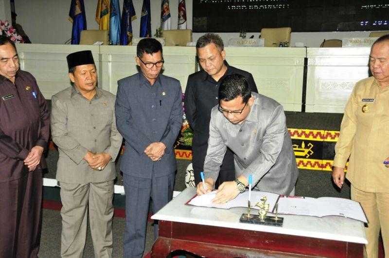 Ketua DPRD Lampung Dedi Afrizal saat menandatangi Nota Kesepakatan KUA dan PPAS Perubahan APBD Tahun Anggaran 2016 di Ruang Sidang DPRD Lampung, Selasa 4 Oktober 2016.