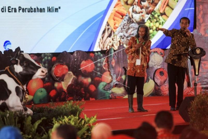Presiden Jokowi saat meminta petani asal Lampung Supono Danu untuk menceritakan pengalamannya soal pertanian di daerahnya, pada peringatan HPS ke-36 tahun 2016.  Acara digelar di alun-alun Kabupaten Boyolali, Jawa Tengah, Sabtu 29 Oktober 2016.
