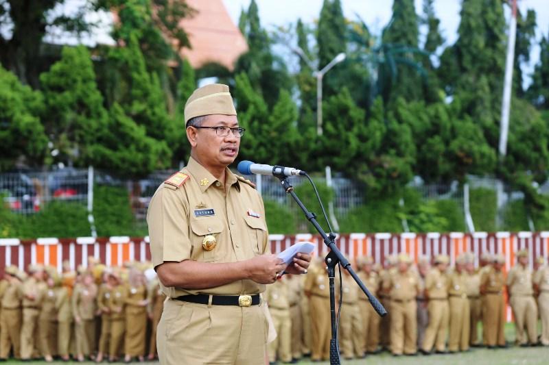 Pj. Sekretaris Daerah Provinsi Lampung Sutono saat menjadi pembina upacara mingguan pada apel pertama di bulan Oktober 2016 di Lapangan Korpri Komplek Kantor Gubernur Lampung Senin 3 Oktober 2016.
