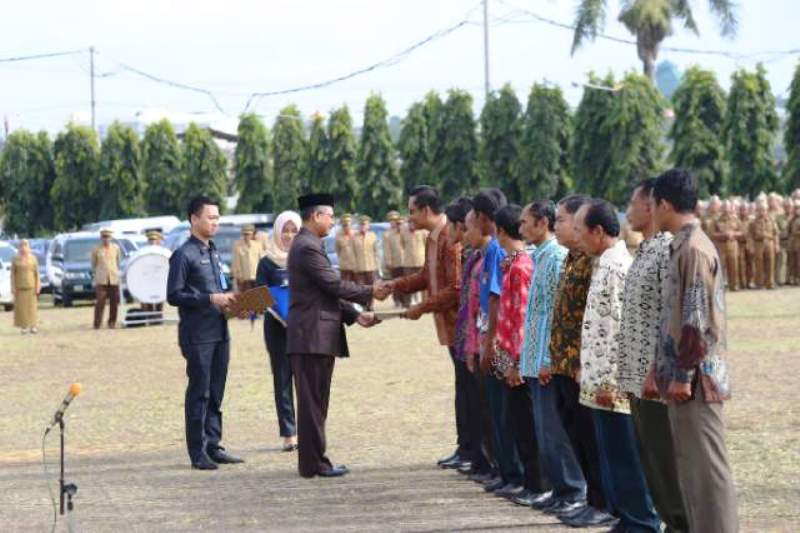 Pj. Sekretaris Daerah Provinsi Satono saat memberikan diberikan piagam penghargaan Adikarya Pangan Nusantara dan penghargaan pemenang lomba manajemen usaha kelompok peternak dan petugas berprestasi tingkat provinsi, di Lapangan Korpri, Senin 10 Oktober 2016.