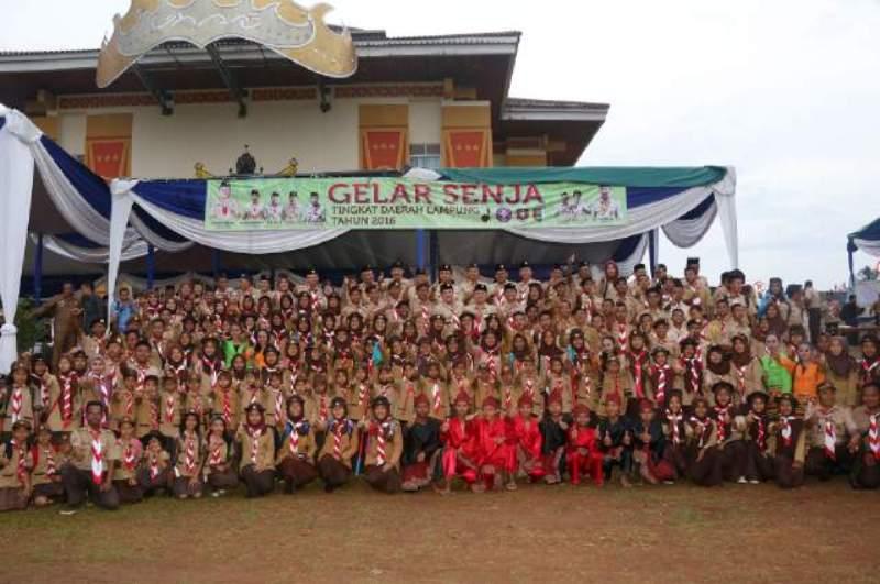 Ketua Majelis Pembina Daerah (Kamabida) Gerakan Pramuka Lampung M Ridho Ficardo saat berfoto bersama dengan anggota pramuka usai  Upacara Gelar Senja Tingkat Daerah Lampung di Halaman Pemkab Pesawaran, Jum'at 28 Oktober 2016.