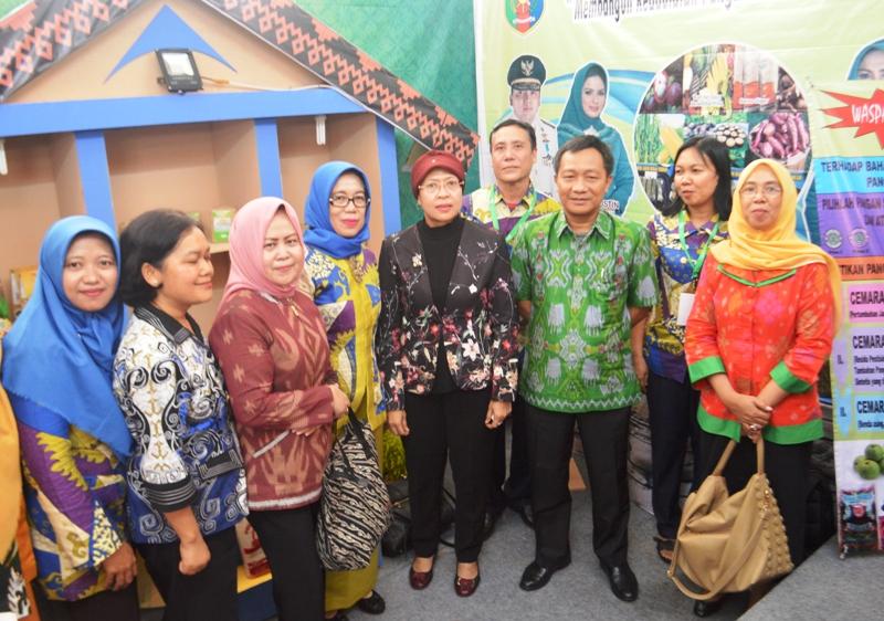 Kepala BKPD Lampung Ir Kusnardi dan Kepala Dinas Pertanian Tanaman Pangan dan Hortikultura Lampung, Lana Rekyanti didampingi staf di stand HPS ke-36 di Boyolali, Jawa Tengah.