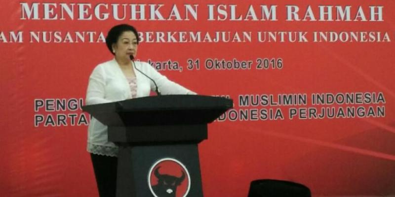Ketua Umum PDI-P Megawati Soekarnoputri memberikan sambutan dalam pembukaan Pelatihan Mubaligh Kebangsaan yang diselenggarakan Pengurus Pusat Baitul Muslimin Indonesia (Bamusi) PDI-P di Kantor DPP PDI-P, Menteng, Jakarta Pusat, Senin (31/10/2016).
