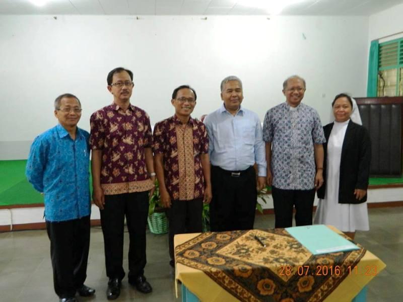 RD Piet Yoenanto SW bersama Staf Yayasan Xaverius Tanjungkarang.