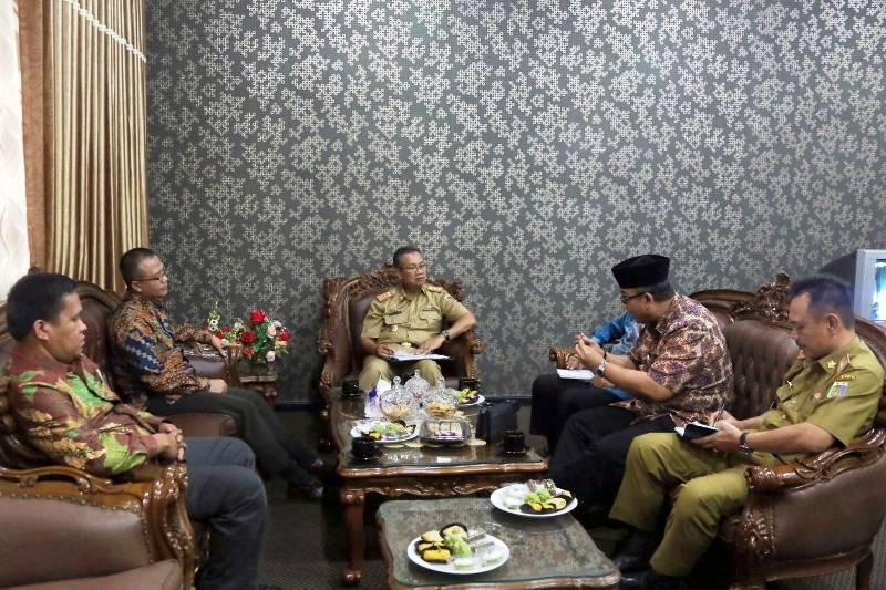 Sekretaris Daerah Provinsi Lampung Sutono saat menerima anggota DPD RI di ruang kerja Sekda, Selasa 01 November 2016.
