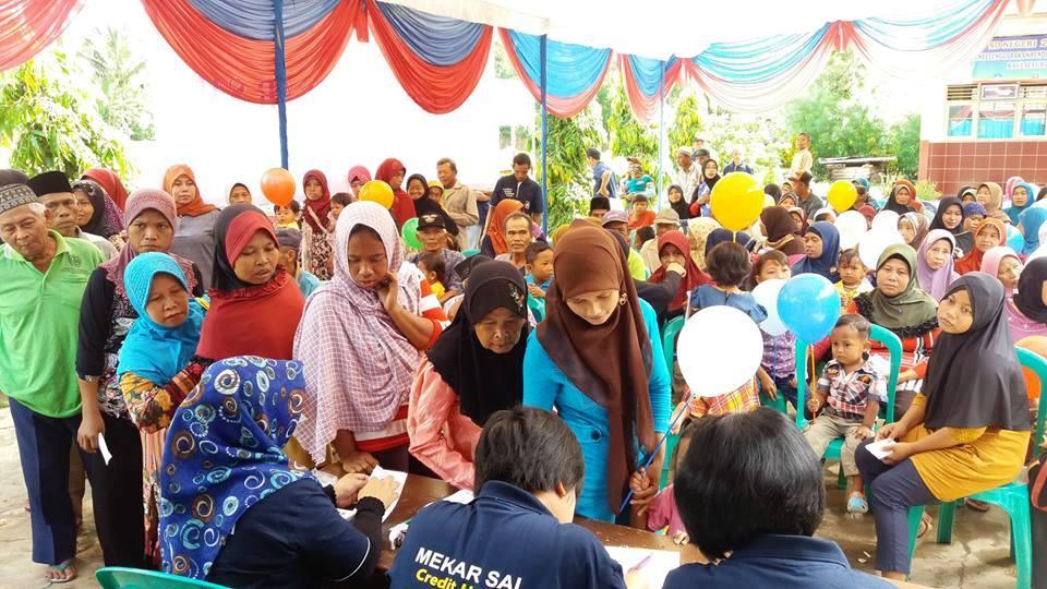 Warga Desa Banyu Urip, Kuripan, Kalianda Lampung Selatan saat mengikuti bakti sosial KSP Kopdit Mekar Sai, di lapangan desa setempat Minggu 27 November 2016.