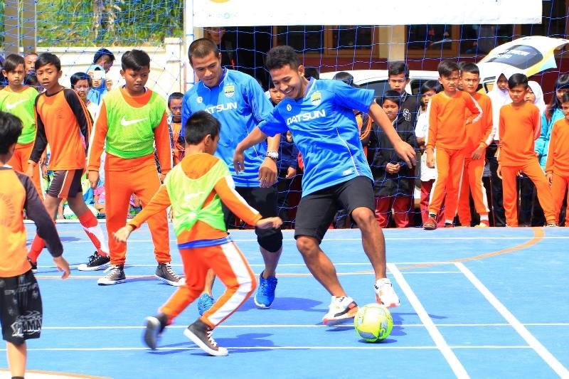 (dari kiri) Pemain Persib Tantan dan Gian Zola sedang melatih para siswa dalam coaching clinic.