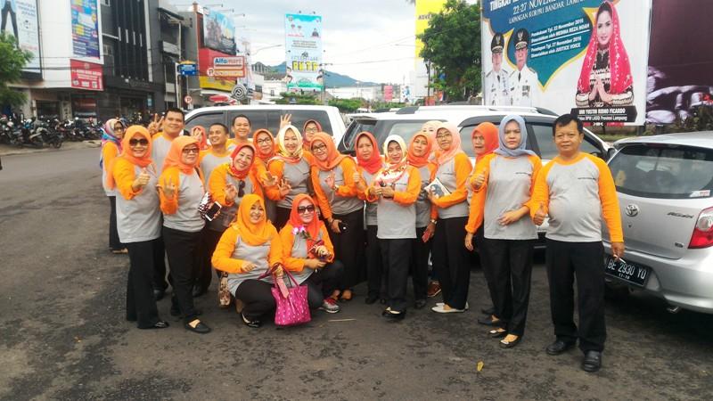 Jajaran Dinas Sosial Provinsi Lampung seusai melakukan aksi simpatik di Tugu Adipura, Bandar Lampung, Kamis 1 Desember 2016.
