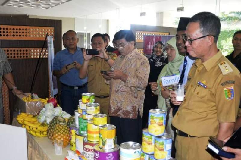 Staf Ahli Bidang Pembangunan Provinsi Lampung Fahrizal Darminto (kanan).