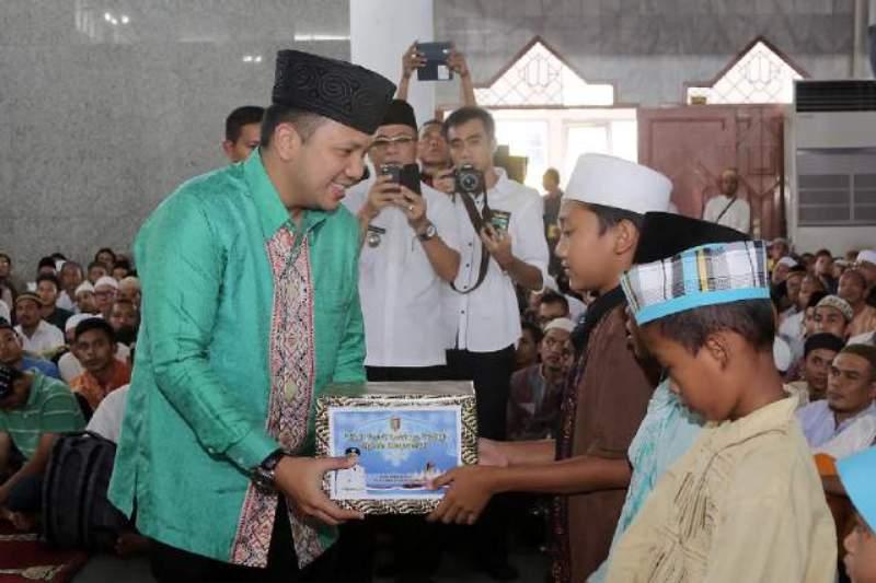 Gubernur Lampung M Ridho Ficardo saat memberikan bantuan pada acara Peringatan Maulid Nabi Muhammad SAW 1438 H, bertepat di Masjid Agung Al-Furqon Bandar Lampung, Rabu 28 Desember 2016.