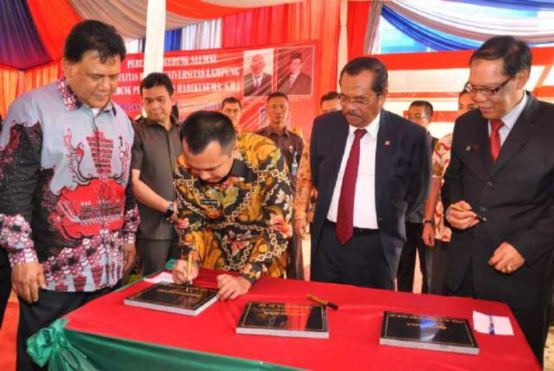 Guberur Lampung M Ridho Ficardo sat penandatangan prasasti peresmian Gedung Ikatan Keluarga Alumni Fakultas Hukum Unila, Kamis 15 Desember 2016.
