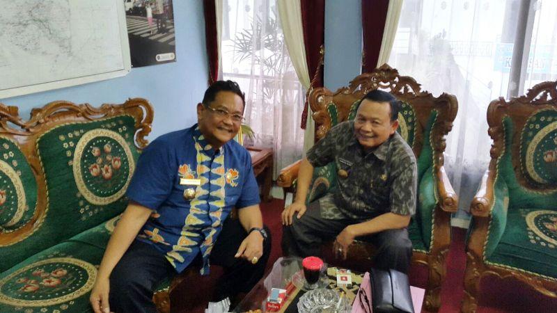 Dinas Kominfo Provinsi Lampung Sumarju Saeni (kanan) bersama Sekretaris Dinas Perhubungan Provinsi Lampung Minto Raharjo.