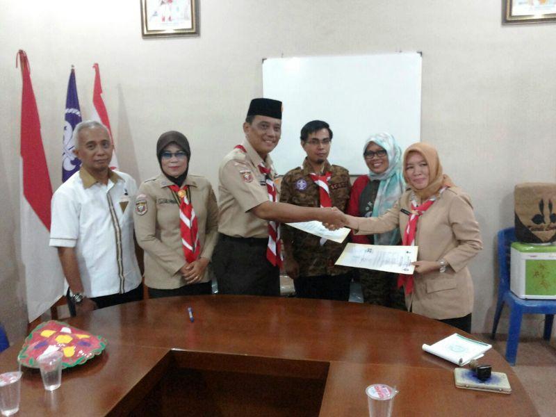 Waka VII/ Abdimasgana Kwarda Kak M.Zulkarnain (tengah) saat menerima sumbangan dari Waka IV Kwarcab Way Kanan Kak Kusuma Anakori, di Kantor Kwarda Lampung, Sabtu 31 Desember 2017.