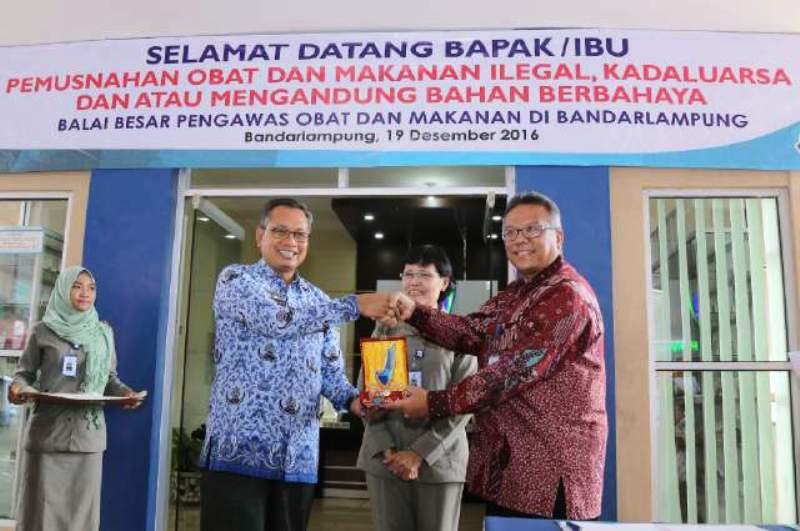Sekretaris Daerah Provinsi Lampung Sutono dengan Deputi III Badan POM RI Bidang Pengawasan Keamanan Pangan dan Bahan Berbahaya Suratmono.